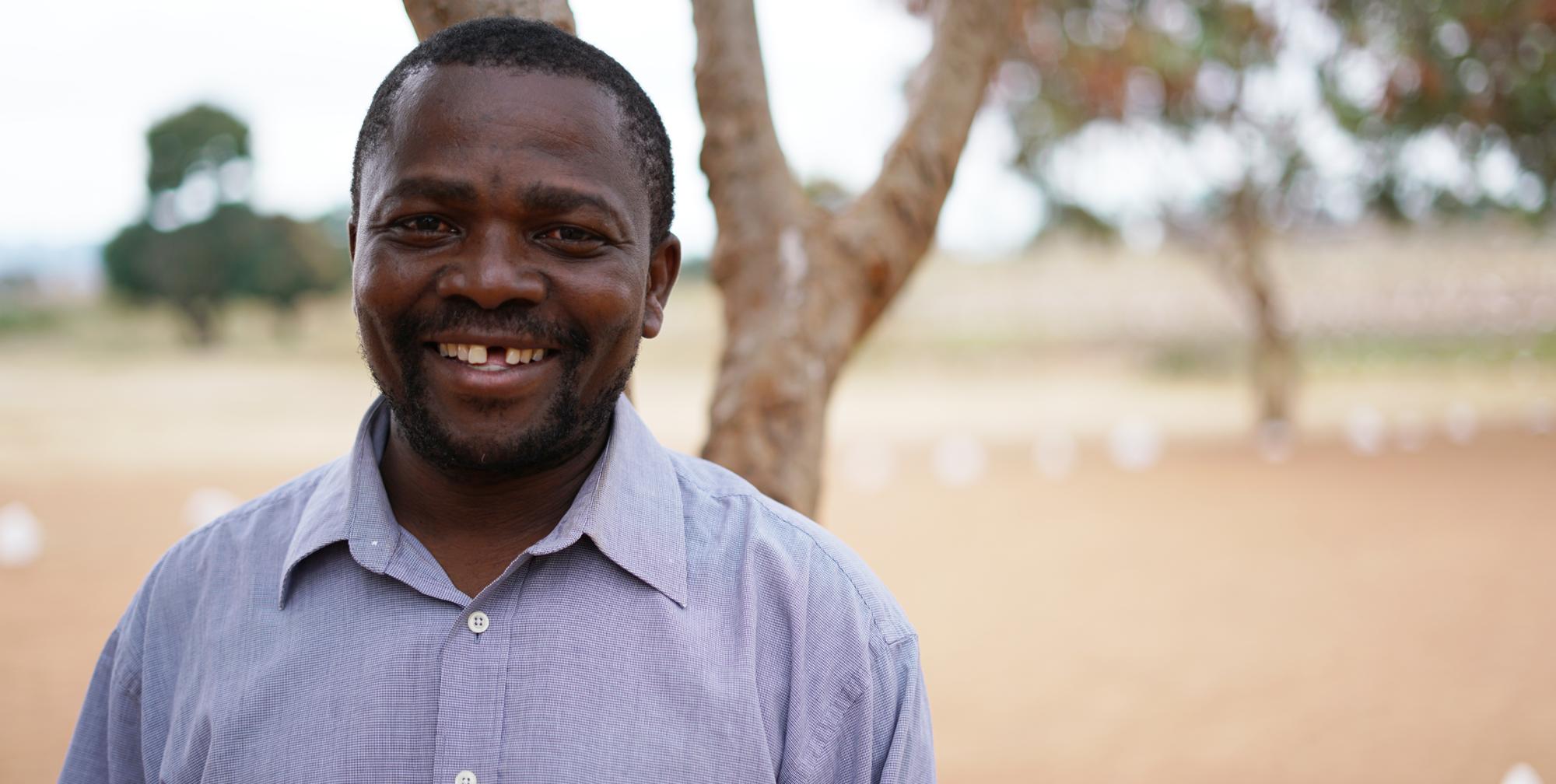 På bilden: Raymond P Mushi är projektansvarig för Trädklubbarna på Vi-skogens partnerorganisation Mviwanya i Rorya-regionen, norra Tanzania.