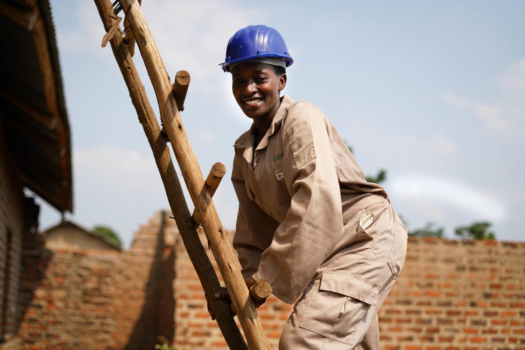 Tillsammans med bondeorganisationen SEDFA har Vi-skogen utbildat Henry Kiwota och Rosette Nsiment och andra ungdomar i Kasaana Youth Development i att installera, underhålla och reparera solpaneler.