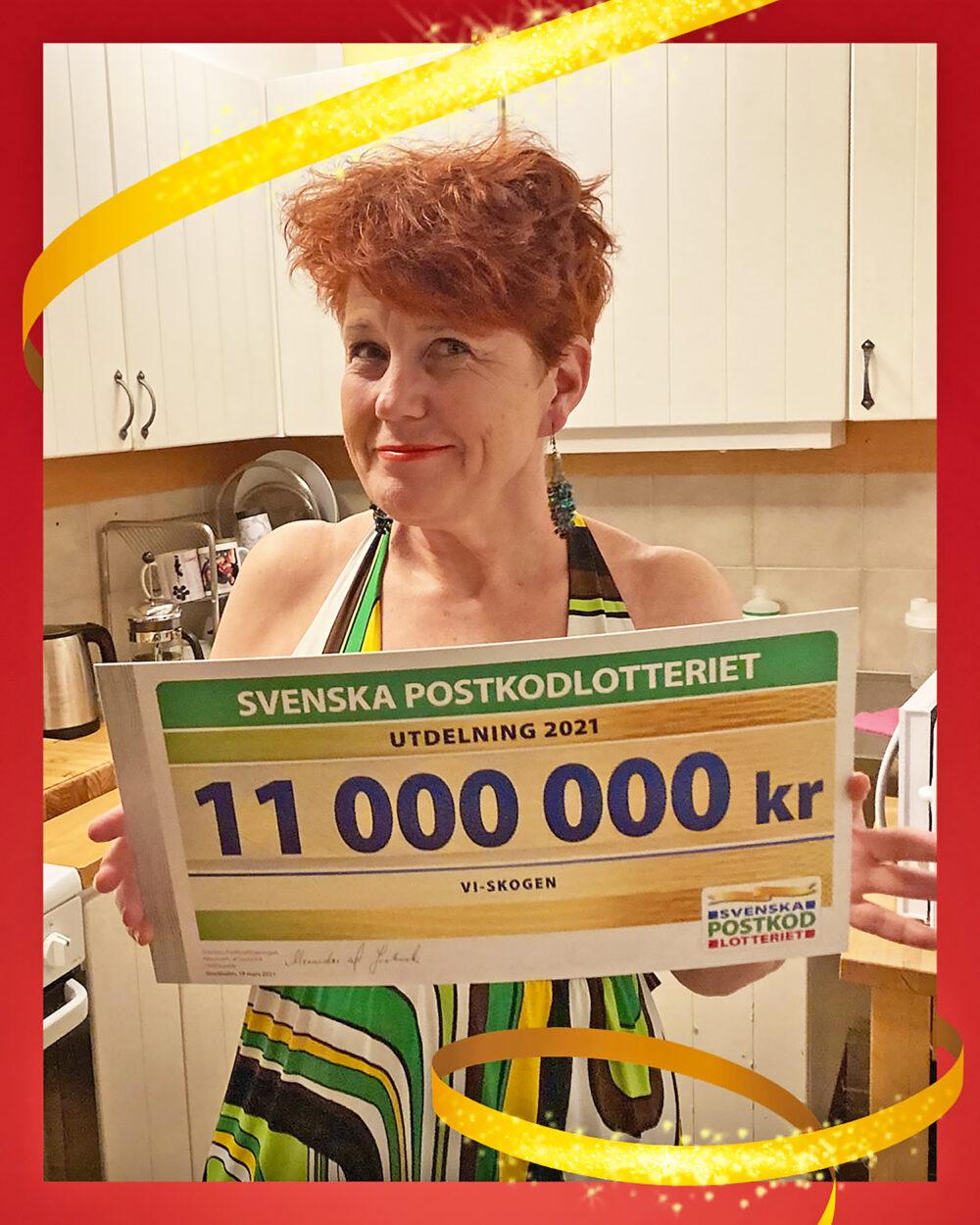 Vi-skogens generalsekreterare Anna Tibblin med årets check från Postkodlotteriet.